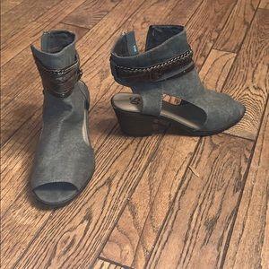 6 1/2 gray zip up heels.